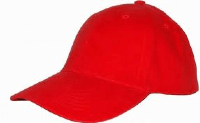 czerwona czapka z daszkiem